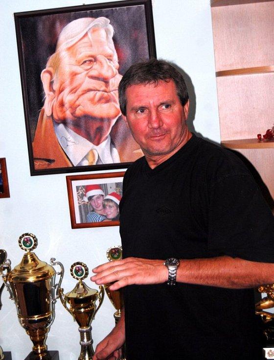Červen 2010. Končící sportovní ředitel SK Sigma Olomouc Jiří Kubíček vyklízí svoji kancelář na Andrově stadionu.  Sigmu opouštěl po téměř šestadvaceti letech.