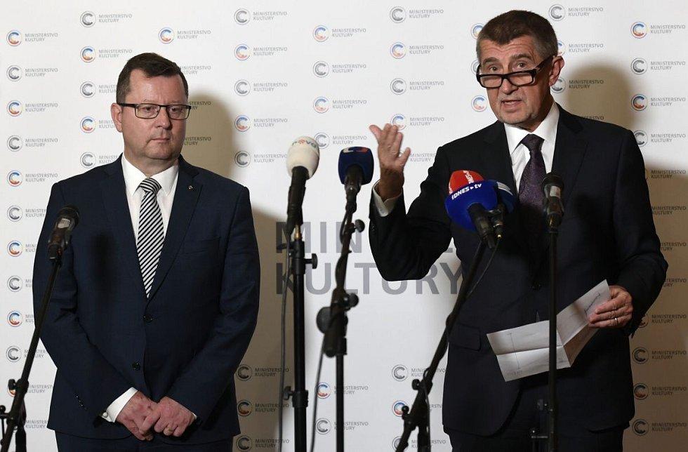 Premiér Andrej Babiš (vpravo) uvedl 27. června 2018 v Praze do úřadu nového ministra kultury Antonína Staňka
