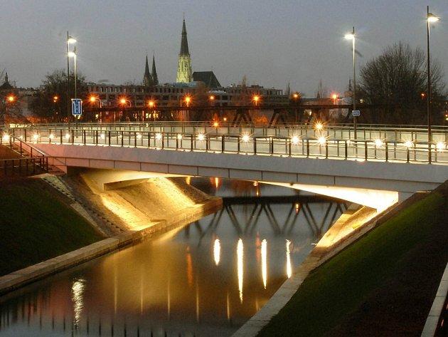 Nový most přes Moravu v Olomouci a obtokový kanál u plynárny.