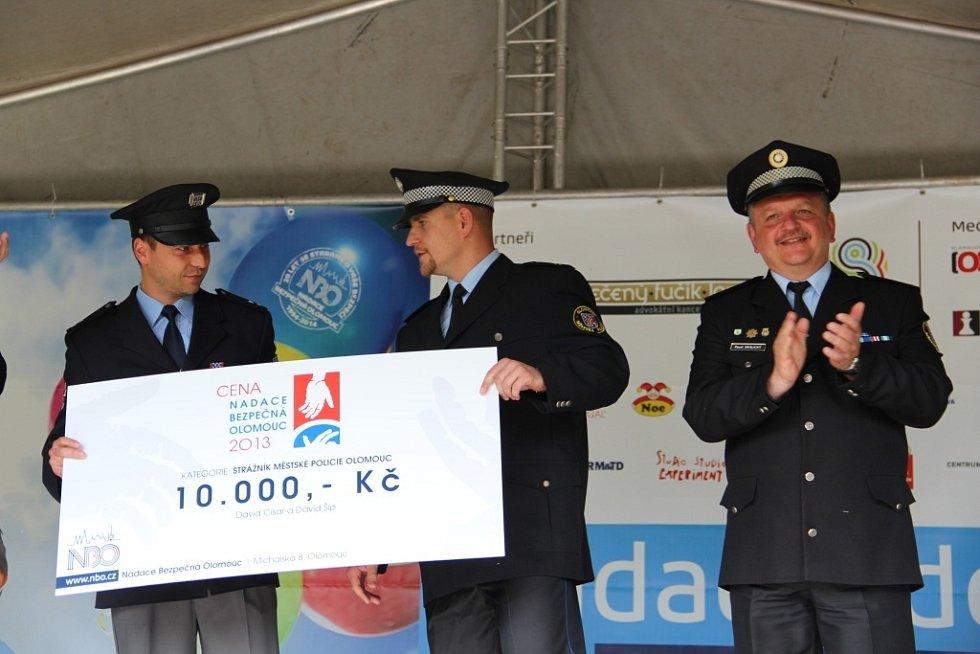Nadace Bezpečná Olomouc v neděli uspořádala ve Smetanových sadech Nadační den spojený s oceňováním mimořádných činů policistů a strážníků.