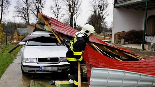 Silný vítr odnesl střechu budovy v ulici Na Ostrově