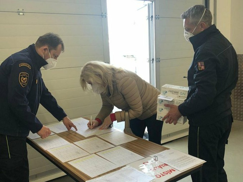 Hasiči ve 13 požárních stanicích v Olomouckém kraji vydávají testy pro školáky.