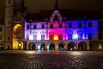 Olomoucká radnice nasvětlená v barvě trikolóry. Ilustrační foto