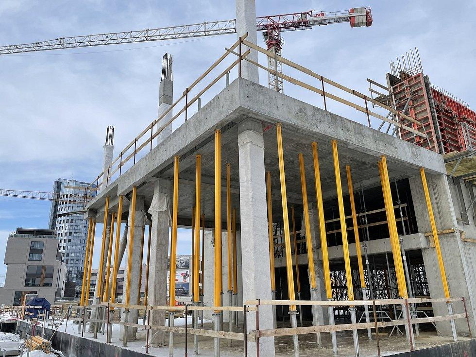Třída Kosmonautů v Olomouci. Na snímku výstavba BEA city business residence, únor 2021