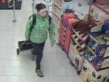 Policie hledá ženu v zelené bundě, která našla cizí peněženku