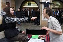 Protest studentů na Horním náměstí v Olomouci: happenig odstartovalo studentské divadlo Škola zákal života