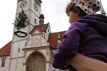 Stavění májky a program na Horním náměstí v Olomouci na 1. máje