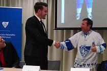 Předseda olomouckého univerzitního hokejového týmu Dominik Pudelka předal rektorovi UP Jaroslavu Millerovi jeden ze zbrusu nových dresů.