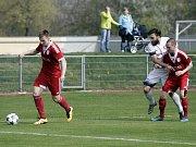 Fotbalisté Uničova porazili Mohelnici (v bílém) 4:0 Petr Rajnoha (u míče)