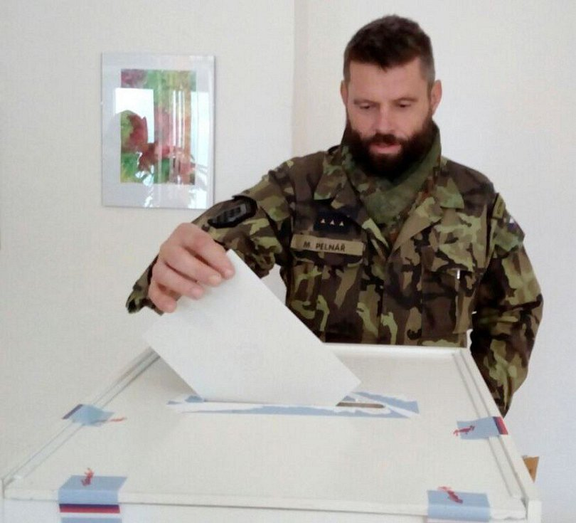 Na Libavé volí i desítky záložáků, kteří jsou od pátku na týdenním cvičení ve ve výcvikovém prostoru. Vojáci si předem museli vyřídit voličské průkazy. Hlasovali ve volební místnosti Obecního úřadu ve Městě Libavá