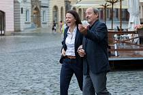 Komisařka Marie Výrová (Klára Melíšková) se svým filmovým partnerem soudcem krajského soudu Mojmírem Rovenským (Viktor Preiss). Živé terče - ze série Detektivové od Nejsvětější Trojice