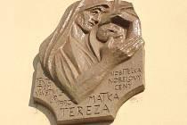 Olomouckou návštěvu v neděli svatořečené Matky Terezy připomíná pamětní deska na budově fary v Mlčochově ulici, kde si Matka Tereza v roce 1990 prohlédla prostory pro možné umístění zázemí Misionářek lásky v České republice.