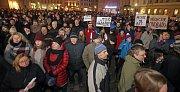 Demostrace proti zvolení Zdeňka Ondráčka z KSČM předsedou komise pro dohled nad GIBS na olomouckém Horním náměstí