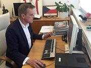 Hejtman Jiří Rozbořil odpovídá ve své kanceláři on-line na dotazy čtenářů Deníku