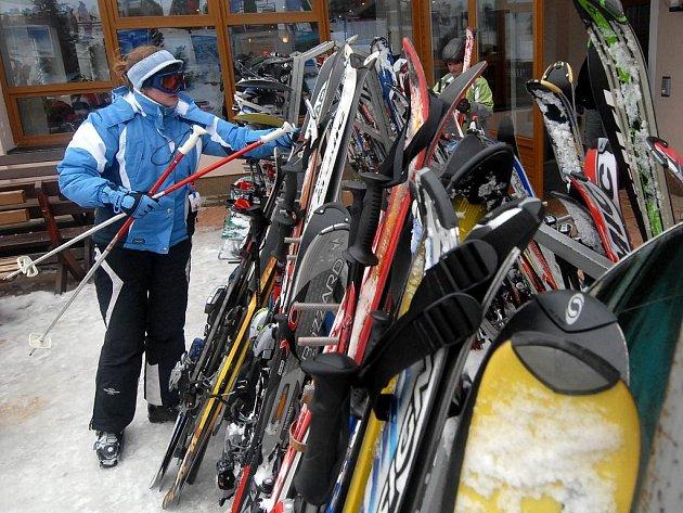 Lyze a snowboardy lákají zloděje.