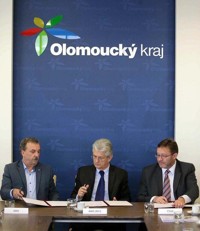 Podpis koaliční smlouvy pro vedení Olomouckého kraje. Zleva – Dalibor Horák - ODS, Oto Košta - ANO, Jiří Zemánek - ČSSD