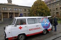 Sanitka kampaně Děkujeme odcházíme před Teoretickými ústavy v olomoucké fakultní nemocnici