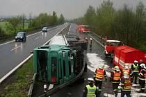 Nehoda nákladního vozidla s cisternou na R35