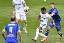 Utkání 29. kola první fotbalové ligy: Sigma Olomouc - Baník Ostrava, 24. dubna 2021 v Olomouci. (zleva) Dyjan Carlos De Azevedo z Ostravy a David Houska z Olomouce.
