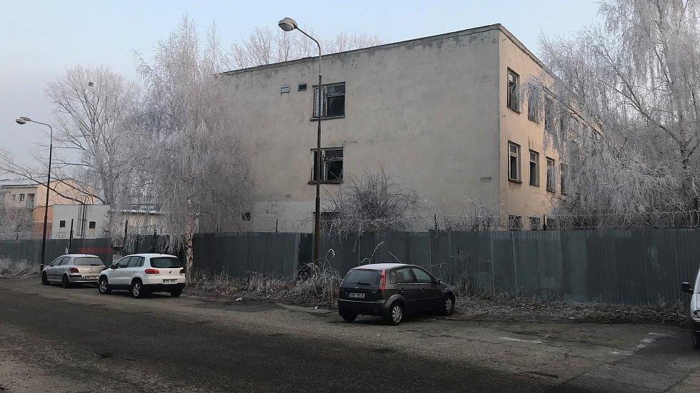 Bývalá sovětská kasárna na Tabulovém vrchu před zbouráním v lednu 2019