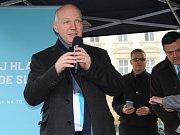 Další z kandidátů na prezidenta České republiky v neděli navštívil Olomouc. Na setkání s Pavlem Fischerem na Horní náměstí dorazilo kolem dvou stovek lidí.