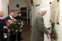 Položení květin na nádvoří olomoucké radnice