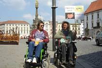 Jedním z těch, kteří pomáhali s prodejem tkaniček, byl i Josef Effenberger (na fotce vpravo), který je sám na vozíčku.