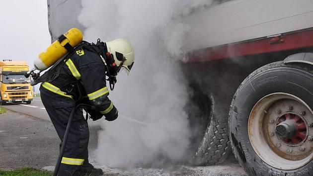 Na D1 začal hořet kamion. Požár způsobila technická závada, škoda je sto tisíc