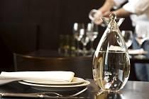 Karafa s vodou jako součást stolu