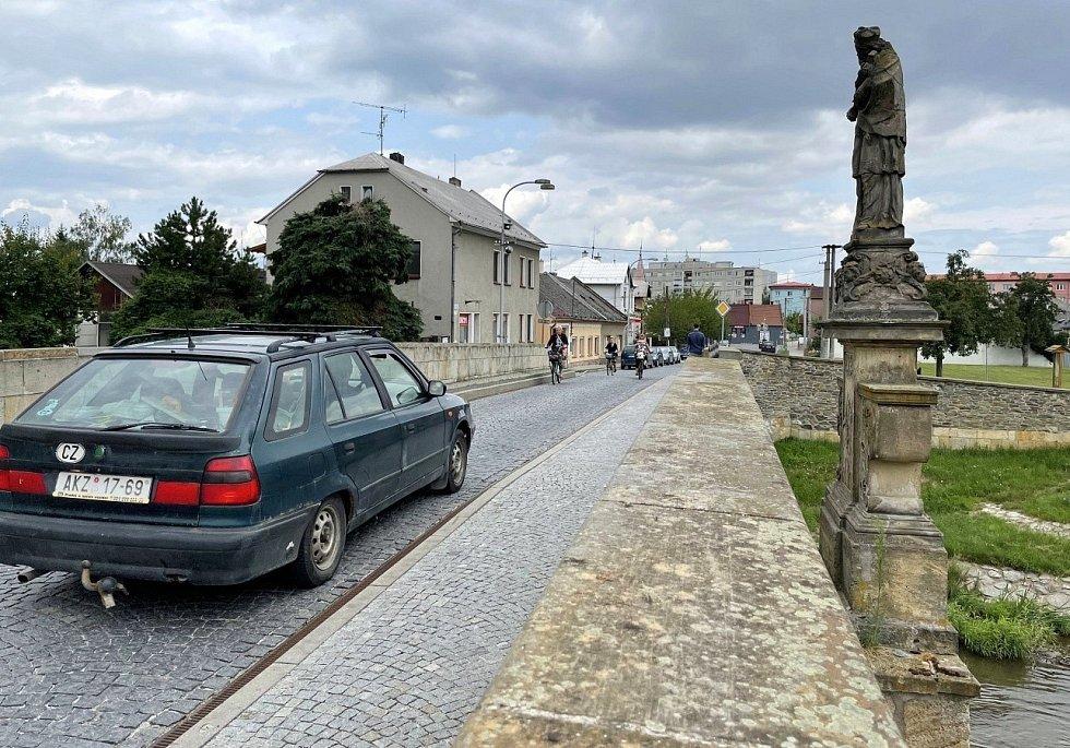 Historický Svatojánský most v Litovli čelil nebývalé zátěži kvůli uzavírce průtahu městem, 21. července 2021.