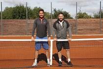 Jan Subota (vlevo) a Jan Hájek trénují tenisty v Břuchotíně.