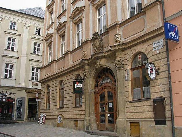 Dům, ve kterém sídlí restaurace U kejklíře i zázemí kavárny Mahler