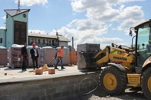Nová budova pro zdravotnickou záchrannou službu už vyrůstá v Uničově v prostoru mezi vlakovým nádražím a stanicí hasičského záchranného sboru.