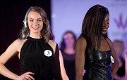 Lucie Petrželová (vlevo) a Solange Tshisekedi. Semifinále 6.ročníku soutěže Miss OK ve Velké Bystřici.