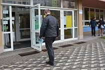 Volební sobota v Předmostí - největší místní části Přerova.  V budově Základní školy J. A. Komenského je hned několik okrsků.