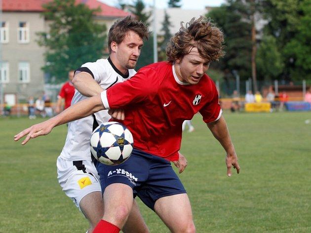 Nové Sady (v bílém) porazily béčko Holice 3:0.