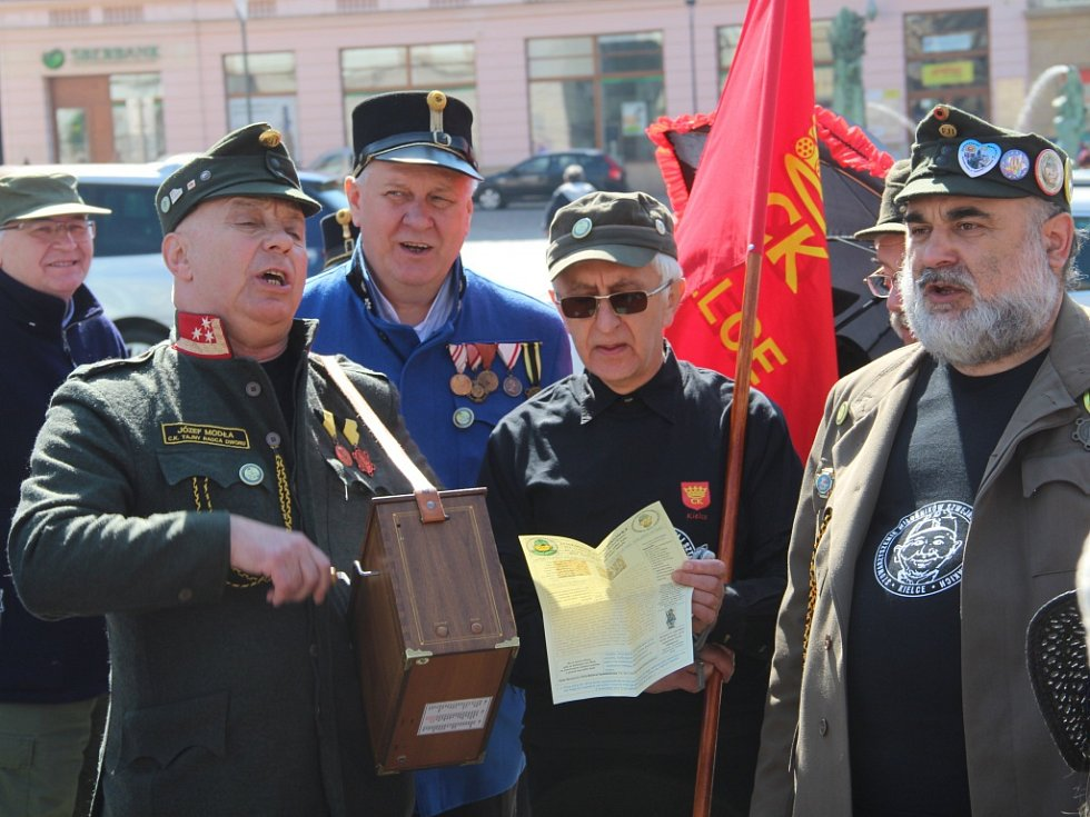 Účastníci 14. Olomouckého špacíru před Sloupem Nejsvětější Trojice.