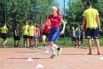 V Litovli trénují děti s florbalovými profíky