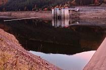 Tragická havárie jeřábu na dolní nádrži Dlouhých stráních 13. října 2017. Převrácený jeřáb částečně visící nad hladinou bylo nakonec nutné shodit z do vody.