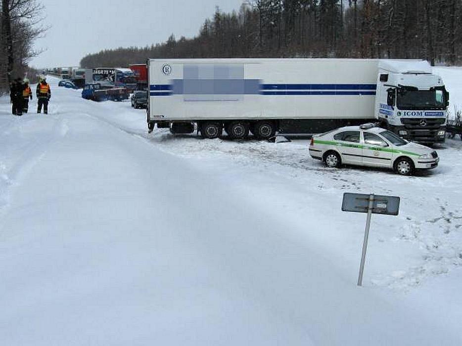 Místo první středeční nehody, která zablokovala R35 ve smeru z Olomouce na Lipník
