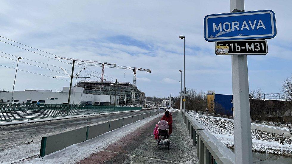 Třída Kosmonautů v Olomouci. V pozadí Envelopa Office Center, únor 2021