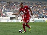 Olomoučtí fotbalisté (v červeném) remizovali se Slováckem 0:0 Tomáš Chorý