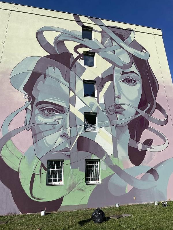 V rámci letošního Street art festivalu v Olomouci vytvořili špičkoví umělci nové velkoplošné malby. Na univerzitních kolejích Gen. Svobody tvořil FatHeat, 24. září 2021