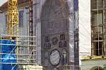 Na průčelí opravované olomoucké radnice je plachta s vyobrazením orloje.