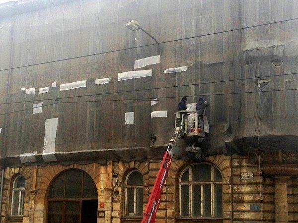 Nájemníci vPalackého 20žijí za sítěmi. Někteří si vnich vyřezali otvory, aby mohli větrat a do bytu padalo více světla. Firma otvory přelepila