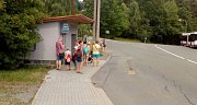 Zatímco parkoviště u zoo praskají ve švech na zastávce autobusu stojí minutu před jeho odjezdem deset lidí.