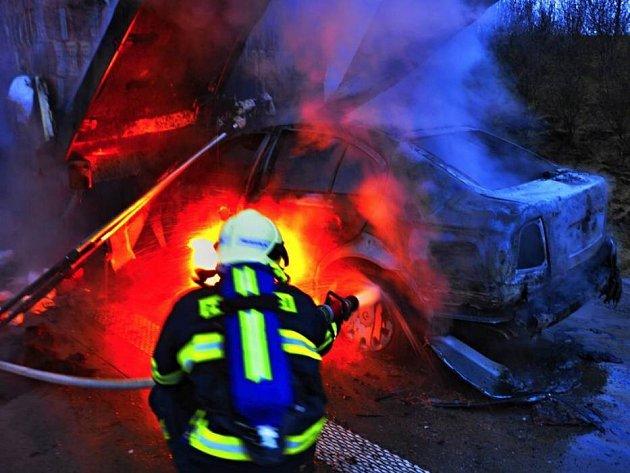 Hasiči zasahují u požáru octavie na R35 u Olomouce