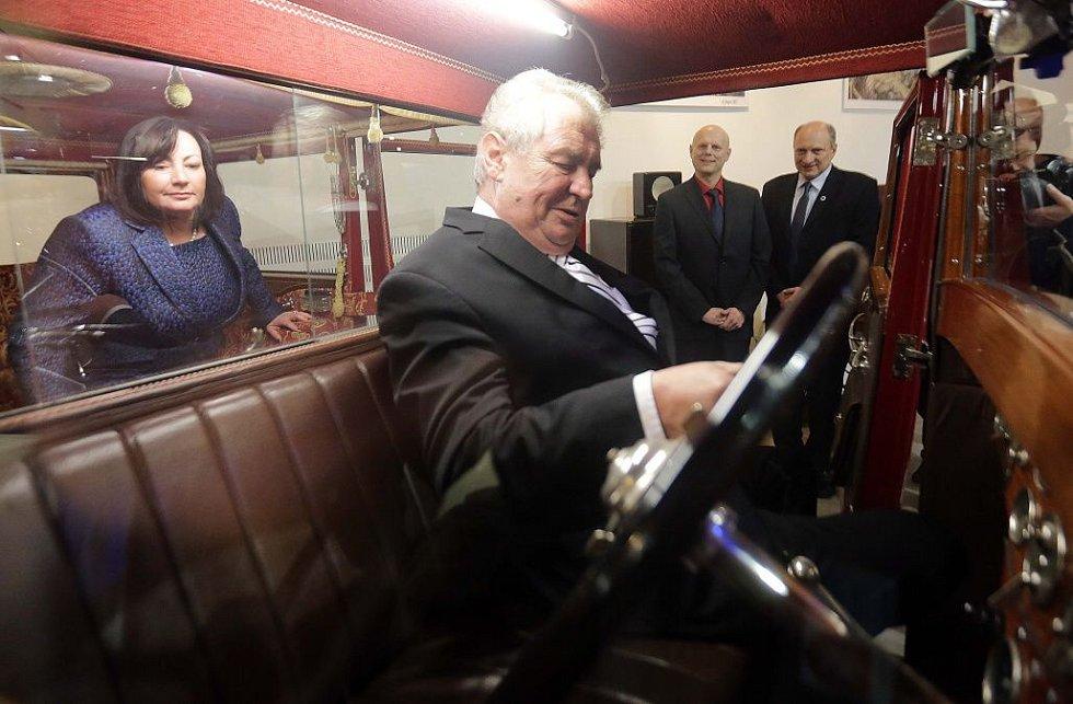 Prezident Zeman s manželkou Ivanou v pragovce z muzea historických automobilů Veteran Arena v Olomouci