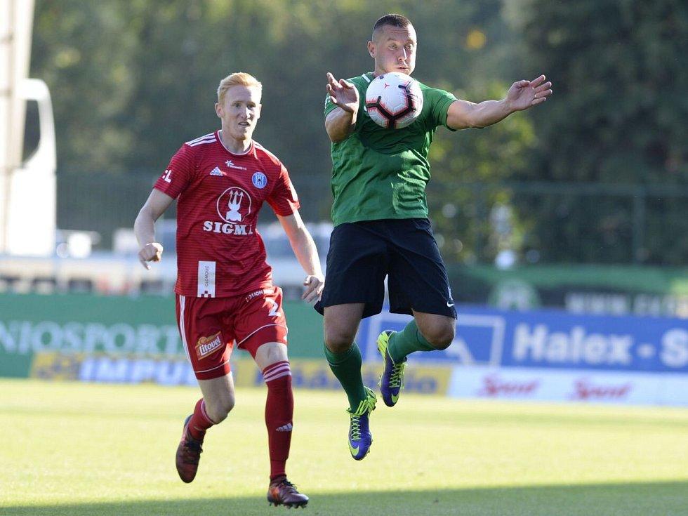 Olomoucký stoper Václav Jemelka (vlevo) a autor vítězného gólu Příbrami Miroslav Slepička