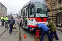 Odstraňování následků nehody tramvají, která se stala na olomoucké křižovatce u Drápala